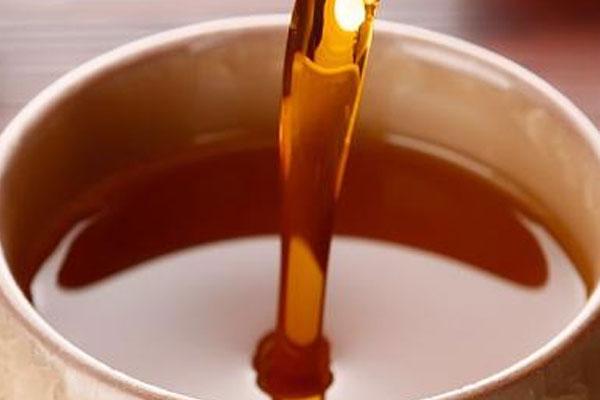 如何通过花生油的色泽来辨别质量